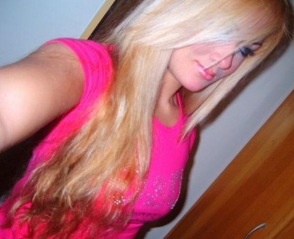 Plan cul avec une blonde qui baise en live